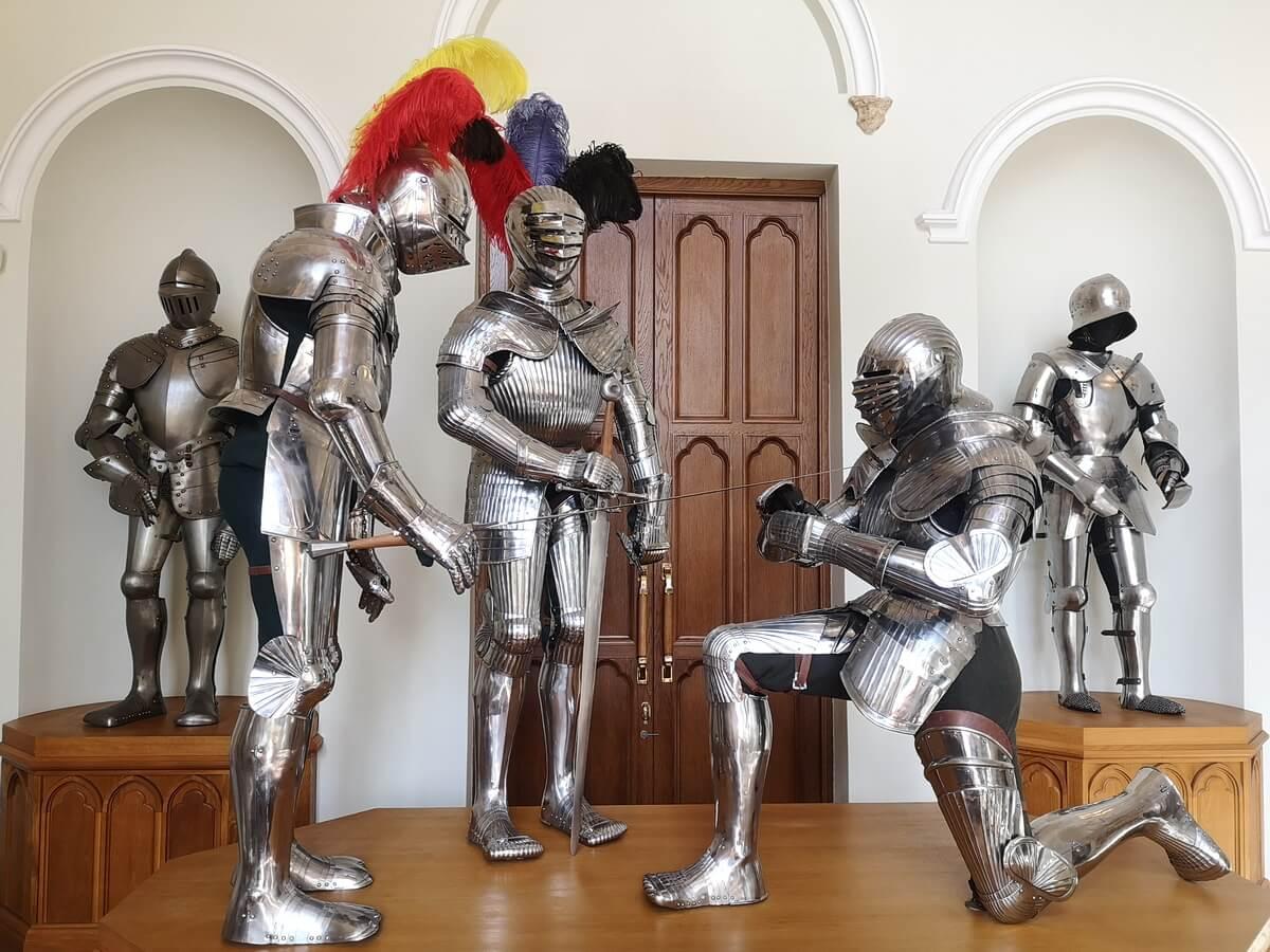 В первом помещении Арсенала можно осмотреть пять рыцарских доспехов и несколько образцов оружия
