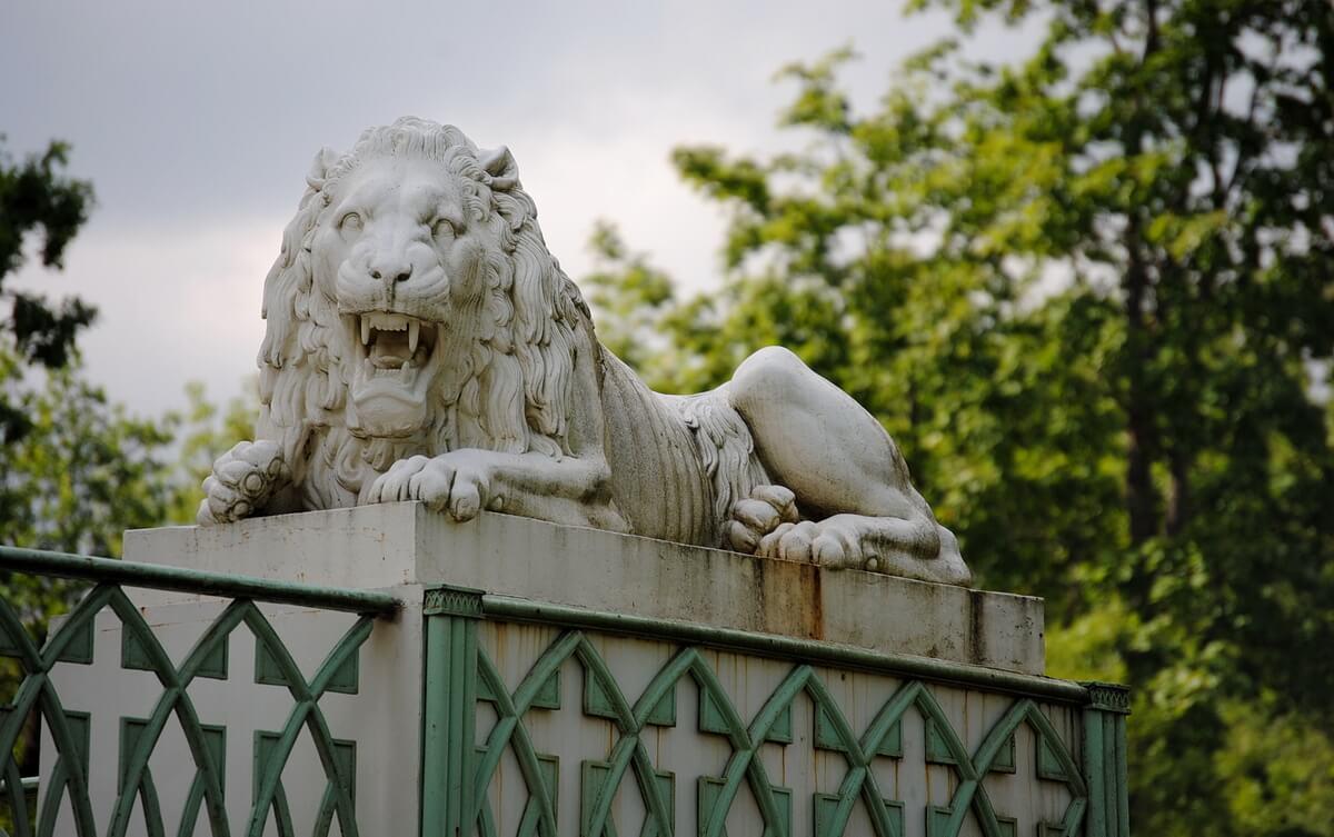 Каменный лев у основания Белой башни