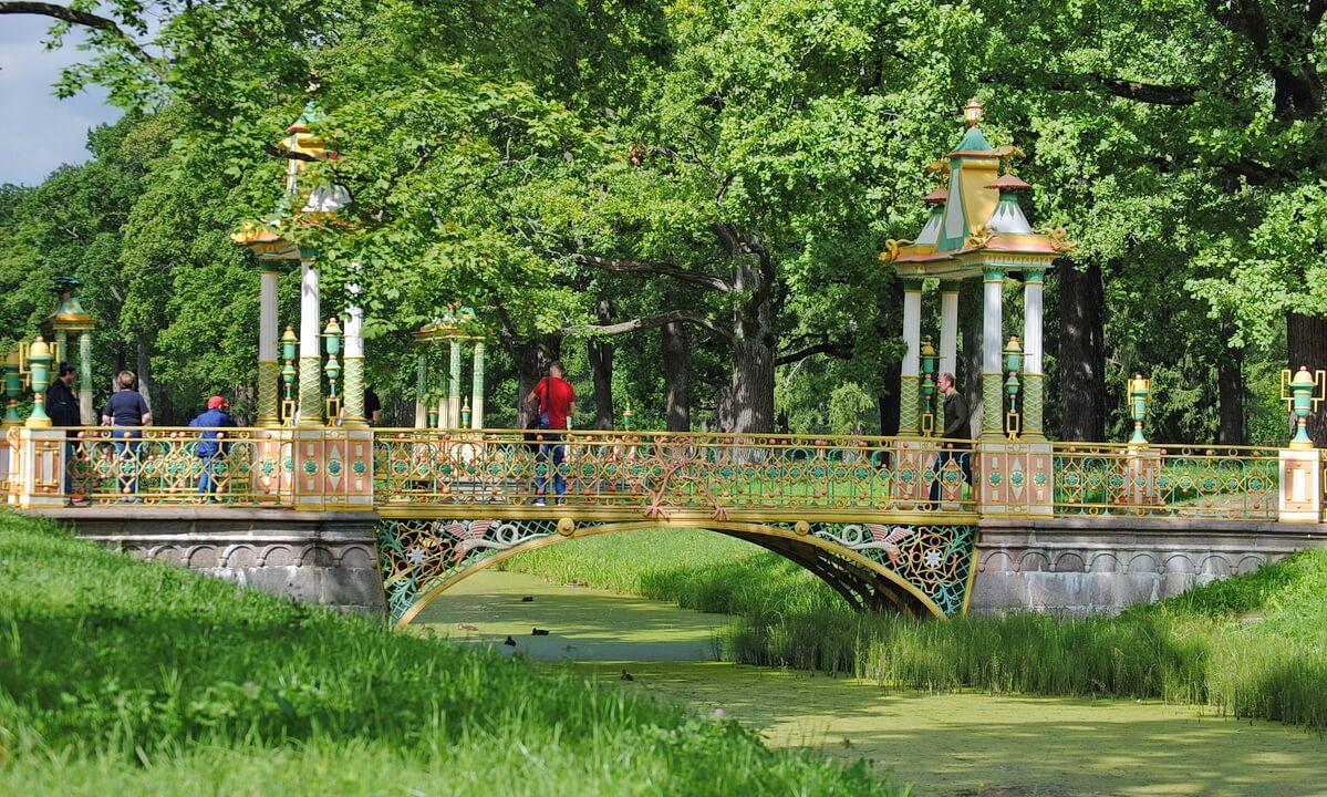 Один из китайских мостов в Александровском парке