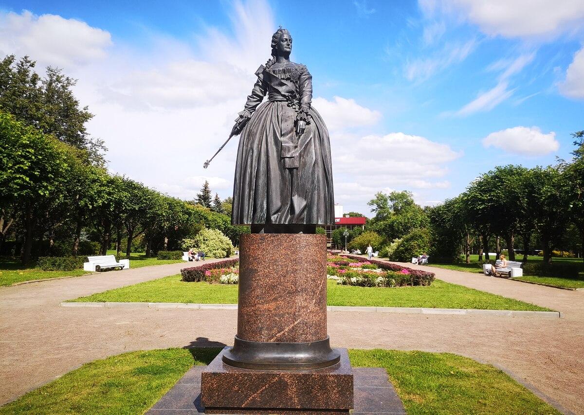 Памятник Екатерине II у собора Екатерины Великомученицы