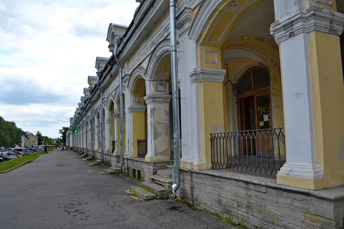 Здание Гостиного двора успело внешне поизноситься