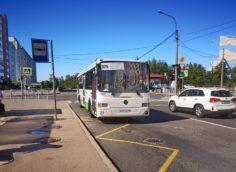 Автобус на остановке `Улица Ижорского батальона` в Колпино