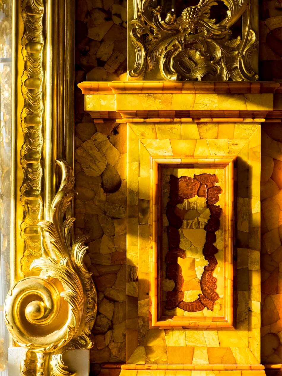 Основание колонны, отделанное янтарем