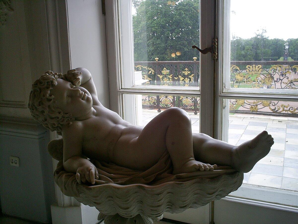 Скульптура Амура в интерьрах парадной лестницы Екатерининского дворца