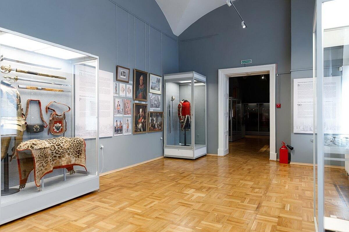 Экспозицию из 800 предметов сформировали из коллекций 27 музеев и частных собраний