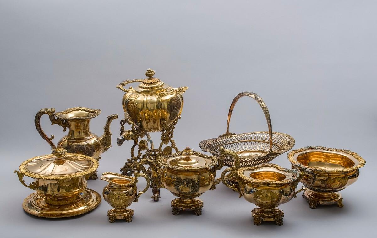 Сервиз из золота с чайником с подставкой для спиртовки