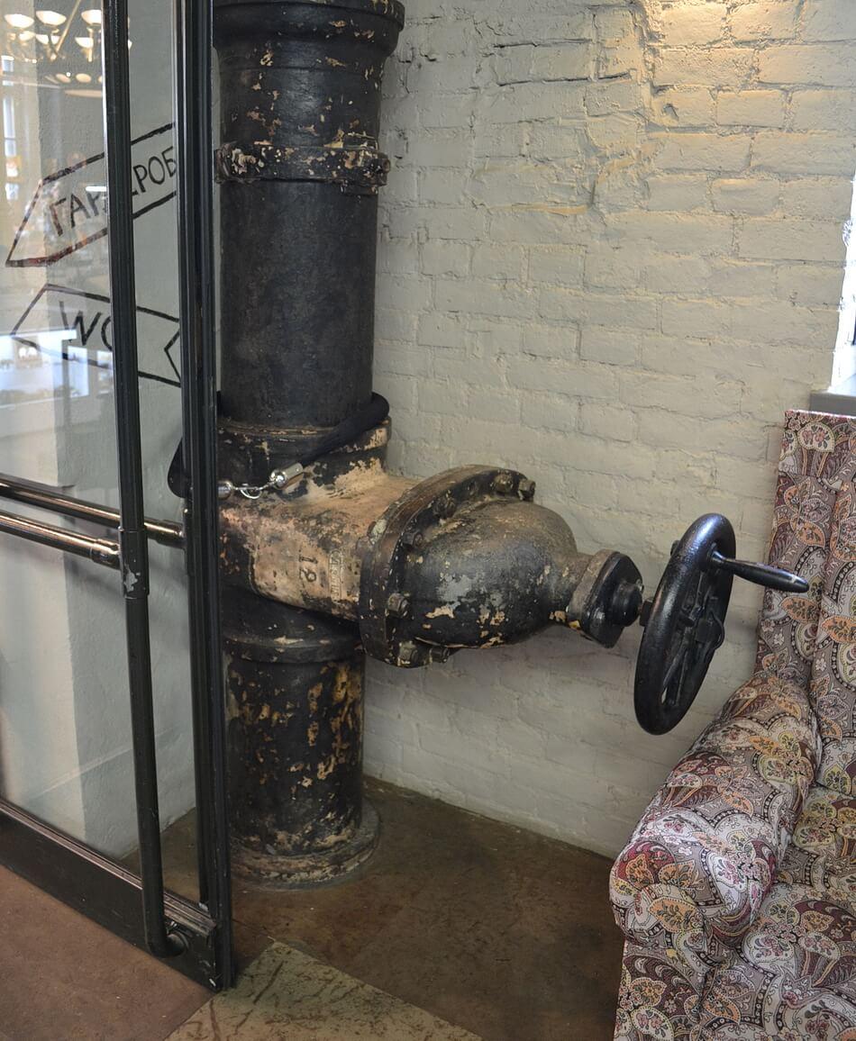 В башне сохранены старые водонапорные конструкции: трубы и вентили